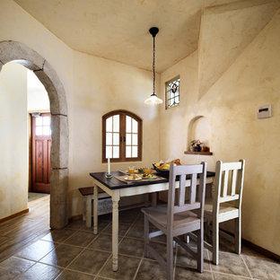 他の地域の地中海スタイルのおしゃれなダイニング (ベージュの壁、茶色い床) の写真