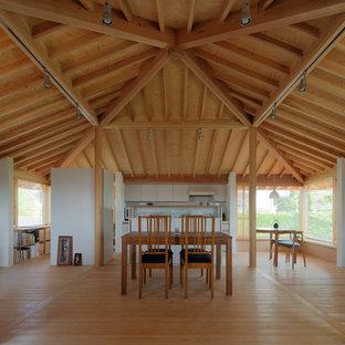 他の地域の中サイズの北欧スタイルのおしゃれなLDK (白い壁、淡色無垢フローリング、標準型暖炉、石材の暖炉まわり、茶色い床) の写真