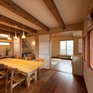 京都のアジアンスタイルのおしゃれな独立型ダイニング (ベージュの壁、濃色無垢フローリング、暖炉なし) の写真