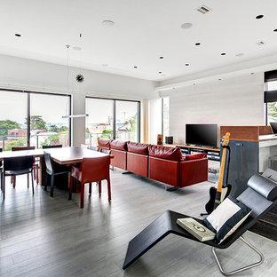 Esempio di una sala da pranzo aperta verso il soggiorno moderna con pareti bianche, pavimento in legno verniciato e pavimento grigio