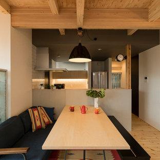 他の地域のインダストリアルスタイルのおしゃれなダイニングキッチン (白い壁、淡色無垢フローリング、ベージュの床) の写真