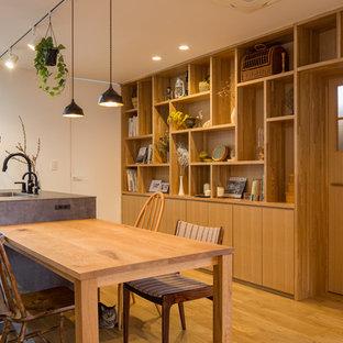 名古屋の中サイズのカントリー風おしゃれなLDK (白い壁、無垢フローリング、茶色い床) の写真