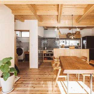 他の地域の中くらいのアジアンスタイルのおしゃれなダイニングキッチン (白い壁、無垢フローリング、ベージュの床、板張り天井) の写真