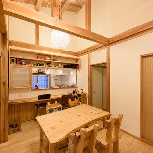 他の地域の中サイズのアジアンスタイルのおしゃれなダイニングキッチン (白い壁、無垢フローリング、暖炉なし、ベージュの床) の写真