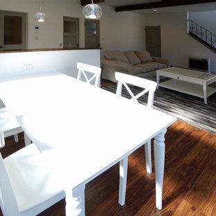 Esempio di una sala da pranzo aperta verso il soggiorno nordica di medie dimensioni con pareti bianche, pavimento in compensato, nessun camino e pavimento marrone