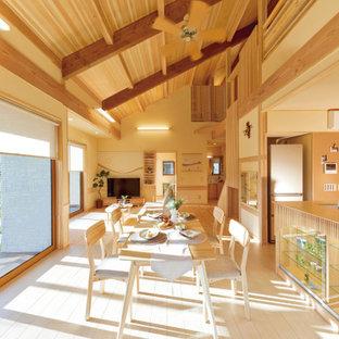 他の地域のアジアンスタイルのおしゃれなLDK (ベージュの壁、淡色無垢フローリング、ベージュの床、表し梁、三角天井、板張り天井) の写真