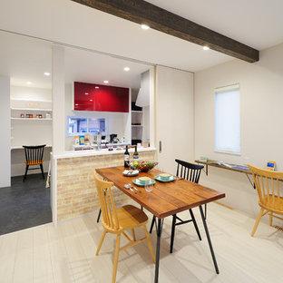 Imagen de comedor minimalista, pequeño, abierto, con paredes blancas y suelo blanco