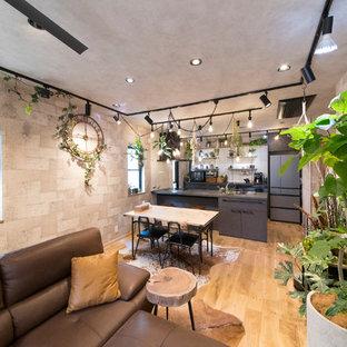 東京都下の中サイズのトラディショナルスタイルのおしゃれなダイニング (グレーの壁、淡色無垢フローリング、暖炉なし、ベージュの床) の写真
