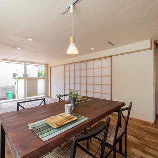 東京都下の和風のおしゃれなLDK (白い壁、無垢フローリング、茶色い床) の写真