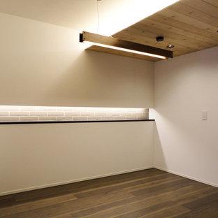 Foto på en funkis matplats med öppen planlösning, med vita väggar, plywoodgolv och brunt golv