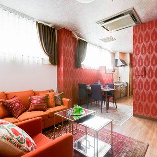 大阪のアジアンスタイルのおしゃれなLDK (赤い壁、無垢フローリング、茶色い床) の写真