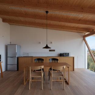 福岡の中くらいのアジアンスタイルのおしゃれなダイニングキッチン (白い壁、無垢フローリング、茶色い床、板張り天井) の写真