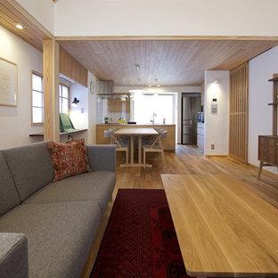 福岡の中くらいの北欧スタイルのおしゃれなダイニング (白い壁、無垢フローリング、暖炉なし、茶色い床) の写真