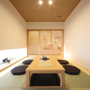Foto di una sala da pranzo etnica chiusa con pareti bianche, pavimento in tatami e pavimento verde
