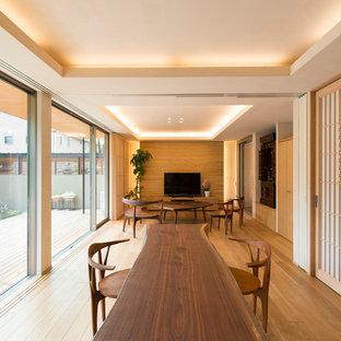 東京23区のアジアンスタイルのおしゃれなダイニング (白い壁、淡色無垢フローリング、茶色い床) の写真