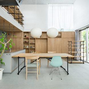 東京23区のコンテンポラリースタイルのおしゃれなダイニングキッチン (白い壁、コンクリートの床、グレーの床) の写真