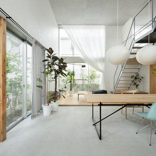 東京23区のコンテンポラリースタイルのおしゃれなLDK (白い壁、コンクリートの床、グレーの床) の写真