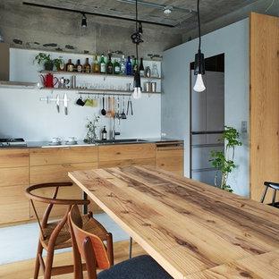 Ejemplo de comedor industrial, abierto, con paredes multicolor y suelo multicolor