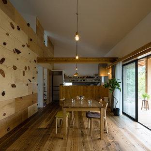 Idee per una sala da pranzo aperta verso il soggiorno etnica con pareti multicolore, pavimento in legno massello medio e pavimento marrone