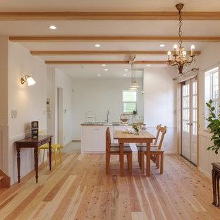 他の地域のトランジショナルスタイルのおしゃれなLDK (白い壁、淡色無垢フローリング、茶色い床) の写真