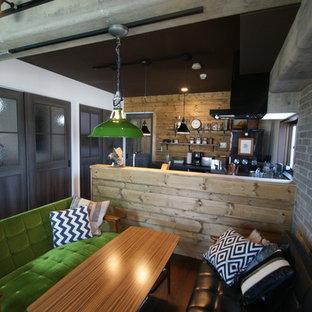 他の地域の小さいラスティックスタイルのおしゃれなLDK (マルチカラーの壁、濃色無垢フローリング、茶色い床) の写真