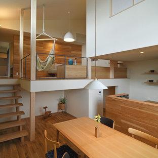 Foto de comedor de estilo zen, abierto, con paredes blancas, suelo de madera en tonos medios y suelo marrón