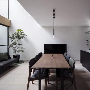 他の地域のコンテンポラリースタイルのおしゃれなダイニングキッチン (白い壁、淡色無垢フローリング、ベージュの床) の写真