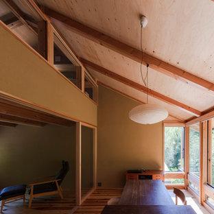 Offenes, Mittelgroßes Modernes Esszimmer mit beiger Wandfarbe, braunem Holzboden und freigelegten Dachbalken in Kyoto