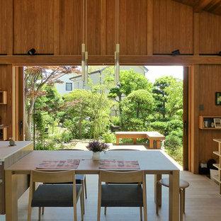 東京都下の和風のおしゃれなLDK (茶色い壁、淡色無垢フローリング、ベージュの床) の写真