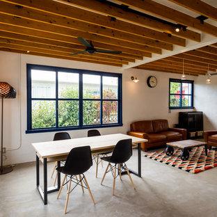 Modelo de comedor casetón, de estilo americano, abierto, sin chimenea, con paredes blancas, suelo de cemento y suelo gris