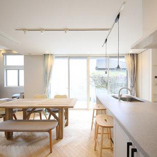 他の地域の中サイズのモダンスタイルのおしゃれなLDK (白い壁、淡色無垢フローリング、ベージュの床) の写真