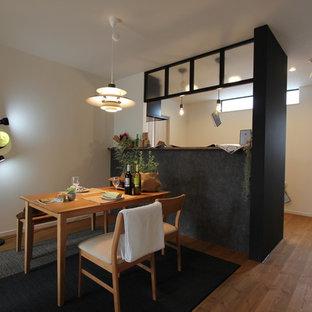 他の地域のカントリー風おしゃれなLDK (無垢フローリング、暖炉なし、茶色い床、白い壁) の写真