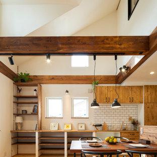 Foto de comedor industrial, abierto, con paredes blancas, suelo de madera en tonos medios y suelo multicolor
