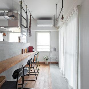 大阪の小さいコンテンポラリースタイルのおしゃれなダイニング (コンクリートの床、暖炉なし、グレーの床、白い壁) の写真