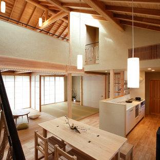 Неиссякаемый источник вдохновения для домашнего уюта: гостиная-столовая в восточном стиле с бежевыми стенами и светлым паркетным полом без камина