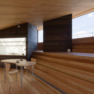 他の地域のアジアンスタイルのおしゃれなLDK (茶色い壁、淡色無垢フローリング、茶色い床) の写真