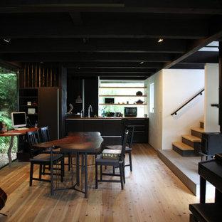 Cette image montre une salle à manger ouverte sur le salon asiatique de taille moyenne avec un mur blanc, un sol en bois brun, un poêle à bois, un manteau de cheminée en plâtre et un plafond en poutres apparentes.