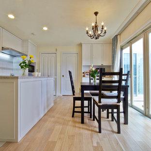 他の地域のトランジショナルスタイルのおしゃれなダイニング (白い壁、淡色無垢フローリング、茶色い床) の写真
