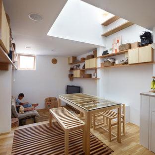 神戸の小さいコンテンポラリースタイルのおしゃれなダイニング (白い壁、無垢フローリング、茶色い床) の写真