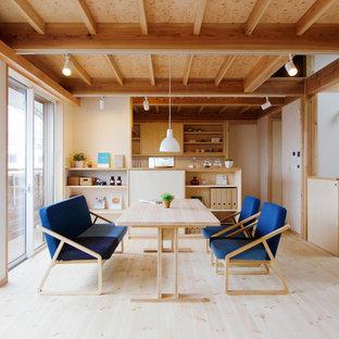 Ejemplo de comedor asiático con paredes blancas, suelo de madera clara y suelo beige