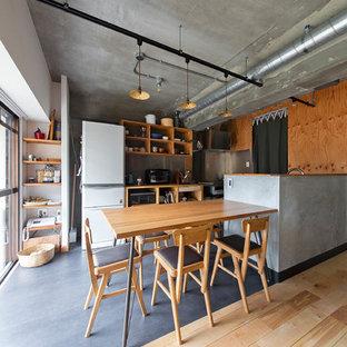 Ispirazione per una sala da pranzo aperta verso il soggiorno industriale di medie dimensioni con pareti bianche e parquet chiaro
