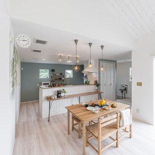 他の地域の中くらいのアジアンスタイルのおしゃれなダイニングキッチン (白い壁、淡色無垢フローリング、ベージュの床) の写真