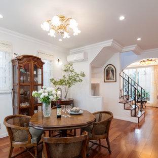 Ispirazione per una piccola sala da pranzo vittoriana con pareti bianche, pavimento in compensato e pavimento marrone