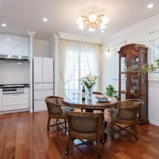 Esempio di una piccola sala da pranzo aperta verso la cucina vittoriana con pareti bianche, pavimento in legno verniciato e pavimento rosa