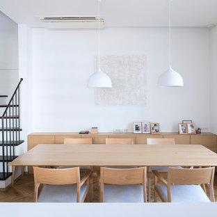 北欧スタイルのおしゃれなダイニングキッチン (淡色無垢フローリング、茶色い床、白い壁) の写真