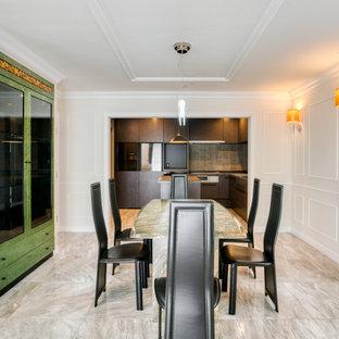 Imagen de comedor de cocina clásico con paredes blancas, suelo de mármol, chimenea tradicional, marco de chimenea de baldosas y/o azulejos y suelo blanco
