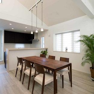 Новый формат декора квартиры: кухня-столовая среднего размера в стиле модернизм с белыми стенами, полом из фанеры, подвесным камином и серым полом