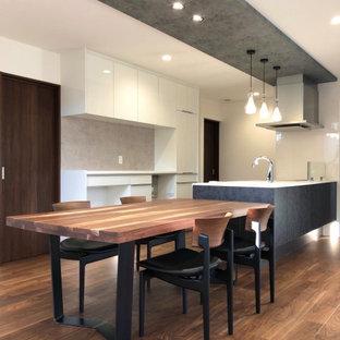 Idee per una piccola sala da pranzo aperta verso la cucina minimalista con pareti bianche, parquet scuro, pavimento marrone, soffitto in carta da parati e carta da parati