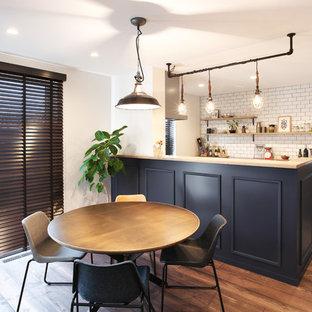 他の地域の広いミッドセンチュリースタイルのおしゃれなLDK (白い壁、濃色無垢フローリング、茶色い床) の写真