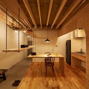 Diseño de comedor de estilo americano, de tamaño medio, abierto, con paredes blancas, suelo de madera en tonos medios y suelo marrón